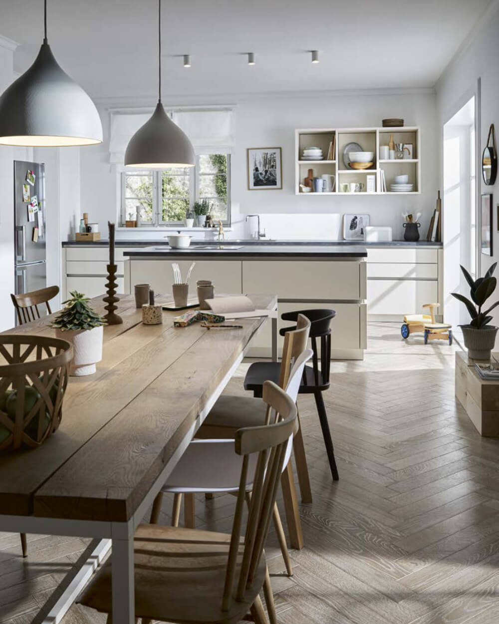 Handleless kitchen with dining table